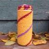 """Чехол """"Песочный с бордовыми и фиолетовыми линиями"""" для банки или бутылки"""